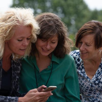 Vrouwen kijken op telefoon